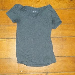 Fitted gray v-neck tshirt
